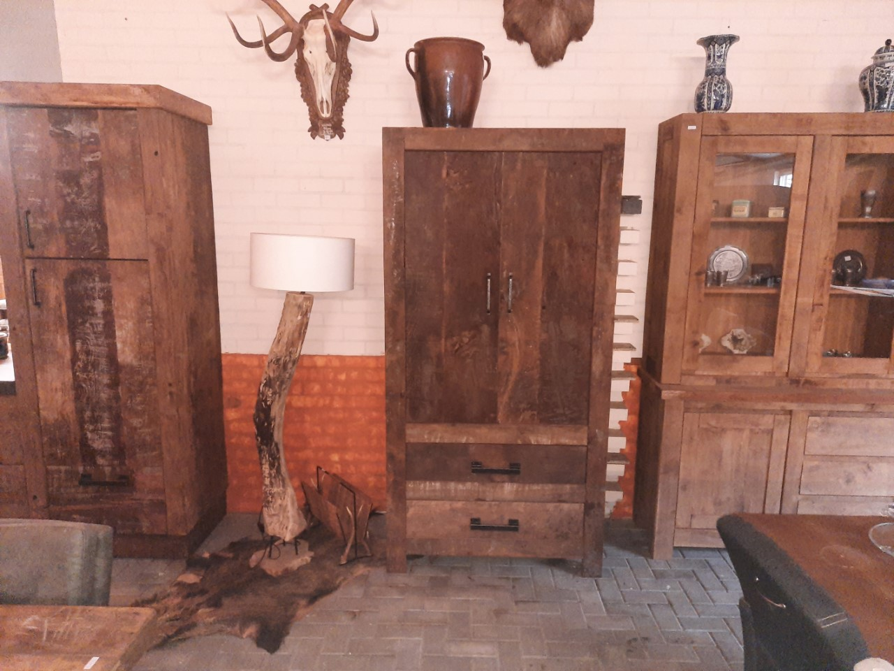Oud eiken handgemaakte kast