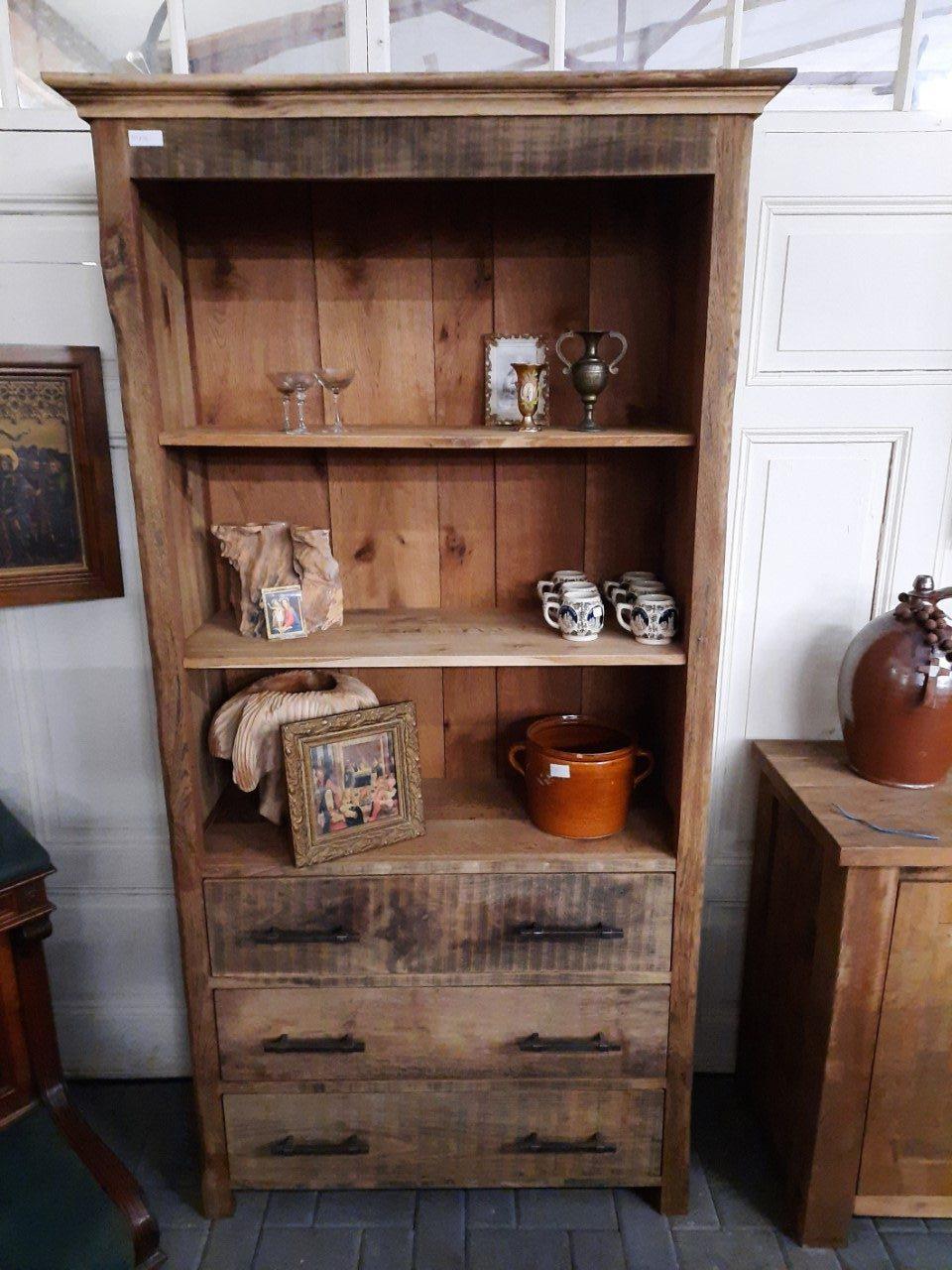 Oud eiken boekenkast